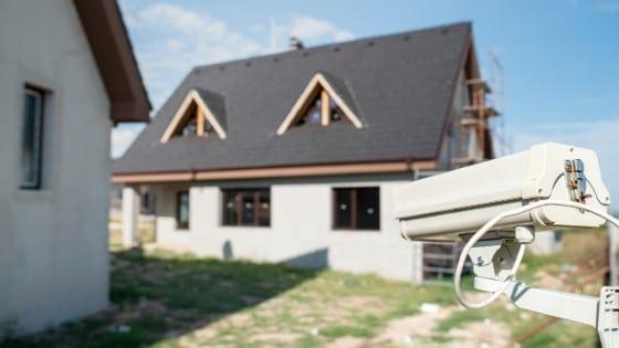 מצלמות אבטחה בחצר הבית